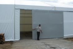 Bramy przesuwne w konstrukcji hal namiotowych